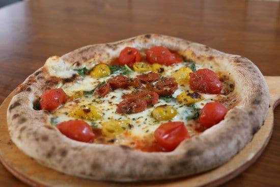 Pizza con Pomodorini del Piennolo DOP: una pizza tutta napoletana