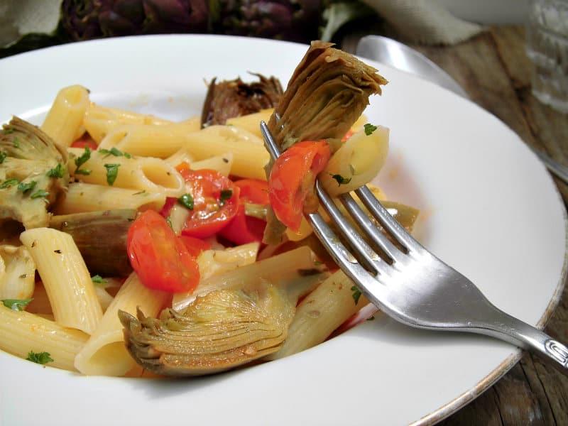 Pomodorino del Piennolo ricetta con mezze maniche, carciofi e fior di latte